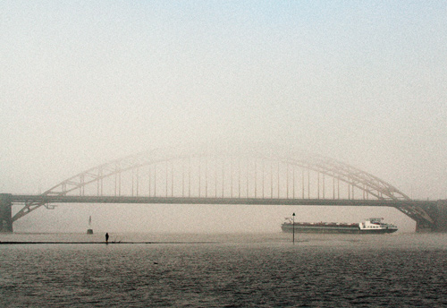 "waalbrug of ""de mist in"""
